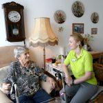 Bewohnerin mit Ergotherapeutin im Zimmer