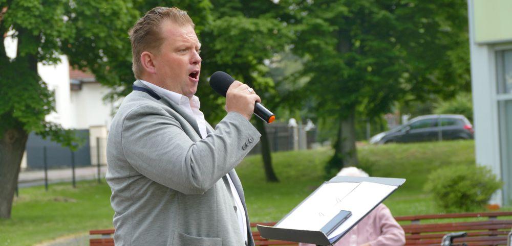 Opernsänger Daniel Blumenschein beim Auftritt für das Bornaer Altenpflegeheim Carl Heinrich