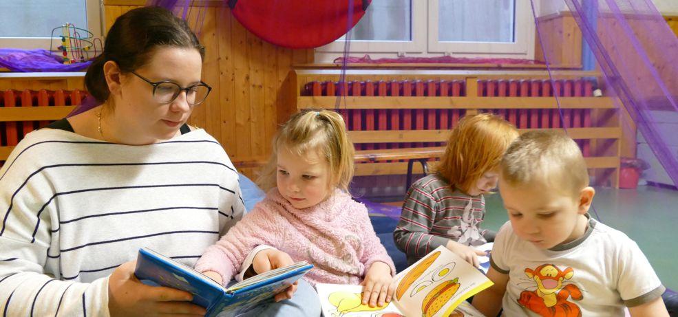Junge Frau liest Kindern vor