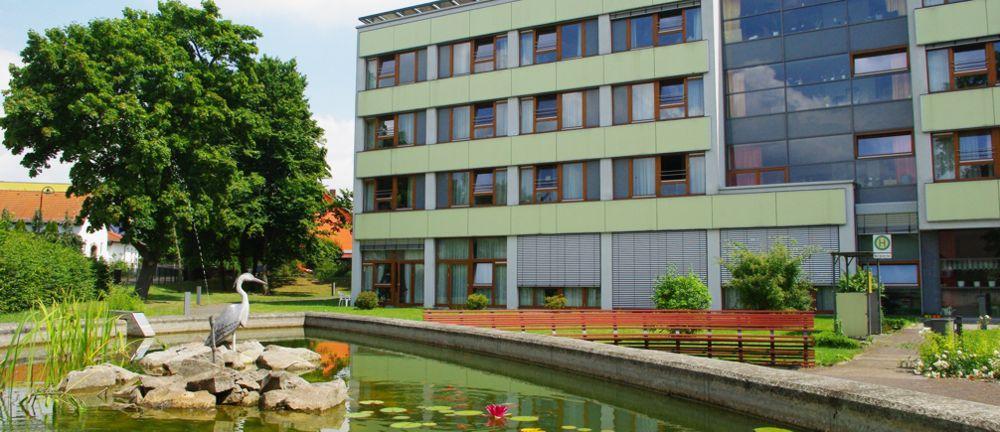 Fassade Altenpflegeheim Carl Heinrich Borna mit Teich